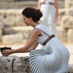 Υπέροχη η Κατερίνα Λέχου ως πρωθιέρεια της Ολυμπιακής Φλόγας