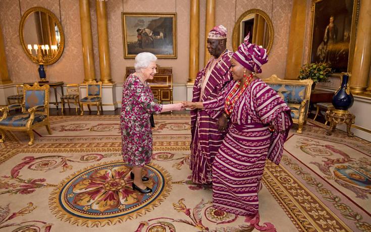 Η βασίλισσα Ελισάβετ ντυμένη ασορτί με τους Νιγηριανούς καλεσμένους της