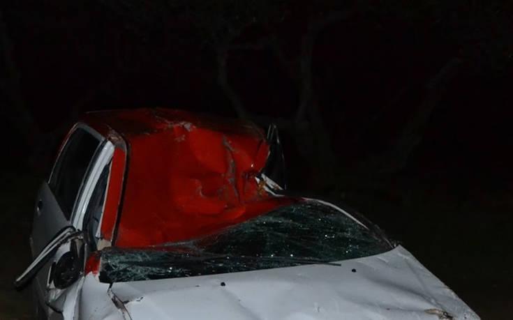 Αυτοκίνητο έπεσε με ταχύτητα πάνω σε δέντρο και το ξερίζωσε