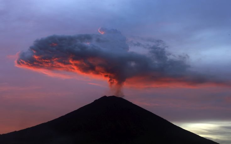 Νέες ματαιώσεις πτήσεων στο Μπαλί υπό τον φόβο του ηφαιστείου Αγκούνγκ