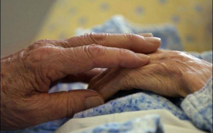 Θρασύτατοι απατεώνες λήστεψαν στον δρόμο ηλικιωμένη