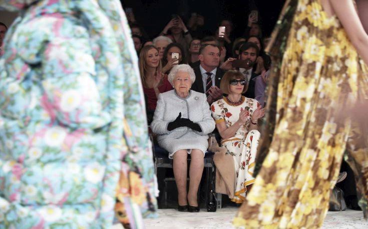 Στην εβδομάδα μόδας… η 91χρονη βασίλισσα Ελισάβετ