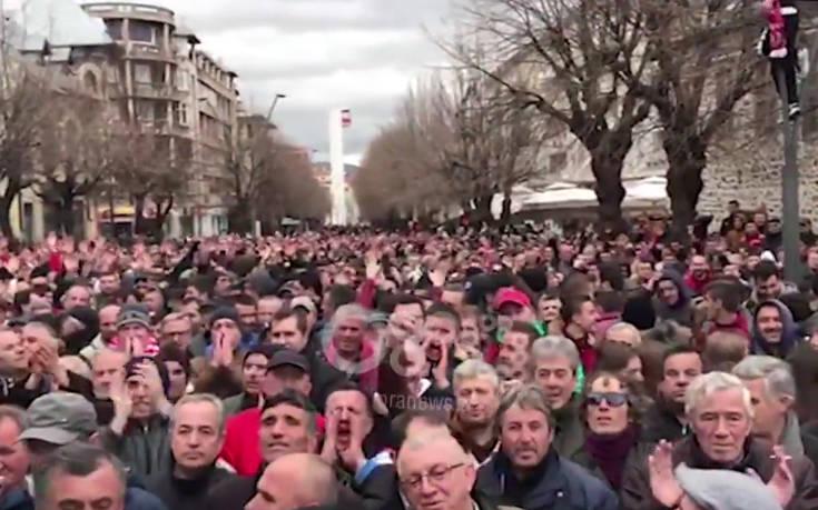 Δεκάδες χιλιάδες οπαδοί της Σκεντερμπέου διαδηλώνουν κατά της UEFA