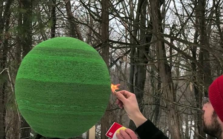 Πώς καίγεται μια σφαίρα από 42.000 σπίρτα