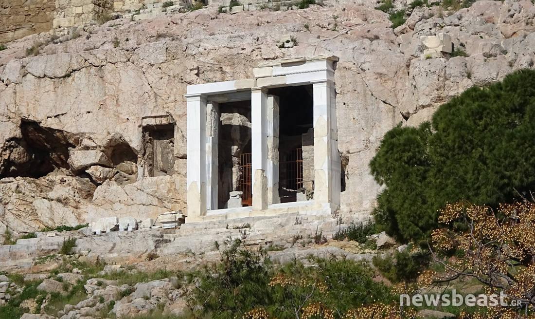 Ο κρυμμένος ναός της Παναγίας μέσα στον ιερό βράχο της Ακρόπολης