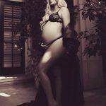 Η Khloe Kardashian μπήκε στον μήνα της και ποζάρει με δαντελωτά εσώρουχα