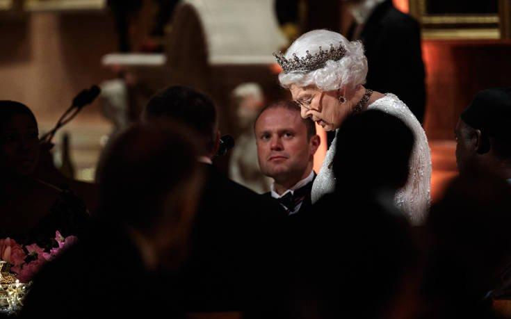 Με Κάιλι Μινόγκ, Τομ Τζόουνς και Σάγκι το πάρτι γενεθλίων της βασίλισσας Ελισάβετ