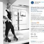 Ο Λάκης Γαβαλάς ποζάρει με ψηλοτάκουνα