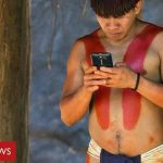 Η απομονωμένη φυλή που έχει «κολλήσει» με τα smartphones