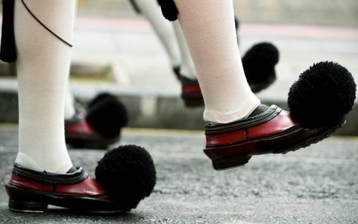 Διάσημος σχεδιαστής παπουτσιών πήρε έμπνευση από το… τσαρούχι