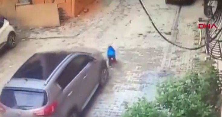 Μητέρα πατά τον γιο της με το αυτοκίνητο και η συνέχεια χαρακτηρίζεται ως θαύμα