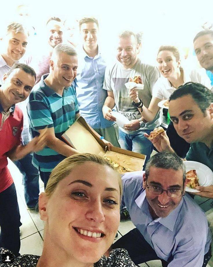Η Σία Κοσιώνη ποζάρει αμακιγιάριστη με τους συναδέλφους της