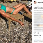 Η Πέγκυ Σταθακοπούλου ποζάρει με μπικίνι στα 58 της χρόνια