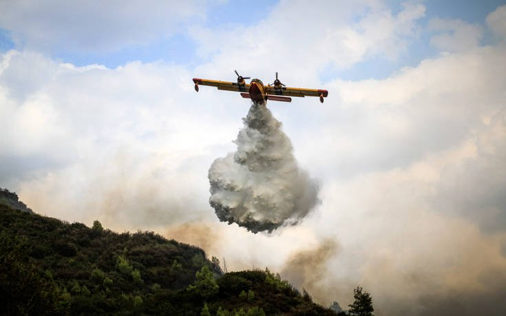 Μάχη δίνουν οι πυροσβέστες με τη μεγάλη φωτιά στην Αρκαδία