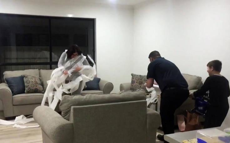 Κάνει… επίθεση στη γυναίκα του με χαρτί υγείας για να της φτιάξει το κέφι