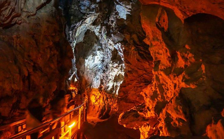Εντυπωσιακές εικόνες από το «Σπήλαιο των Λιμνών»