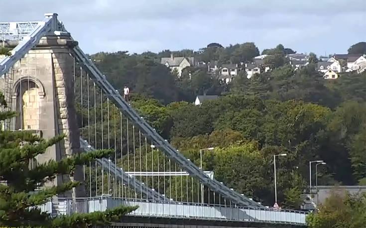 Σκαρφάλωσε σε γέφυρα 45 μέτρων για να γλιτώσει τη σύλληψη