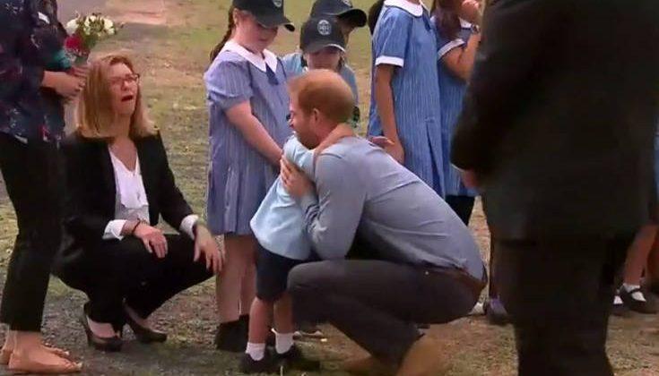Ο πιτσιρικάς που έσπασε το πρωτόκολλο στη συνάντηση με τον πρίγκιπα Χάρι