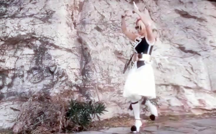 Η Νατάσα Καλογρίδη ντύθηκε τσολιάς με ψηλοτάκουνα κόκκινα πέδιλα