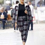 Η στιλάτη Σάσα Σταμάτη βολτάρει στη Γλυφάδα
