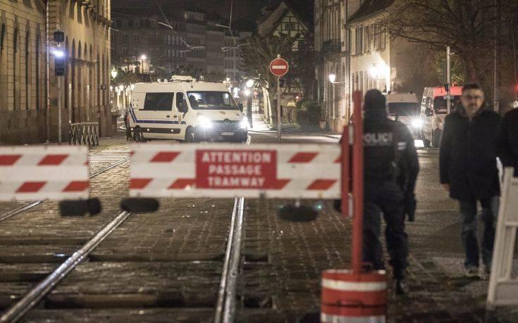 Αν και τραυματισμένος ο μακελάρης του Στρασβούργου φαίνεται πως διέφυγε