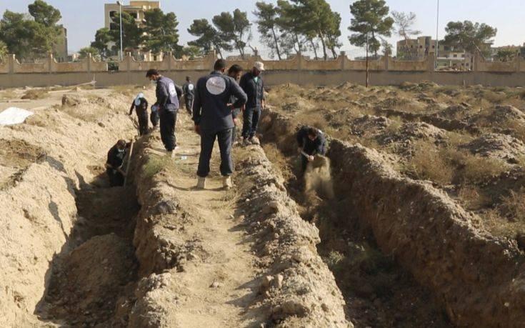Φρίκη από την ανακάλυψη επτά ομαδικών τάφων σε πρώην προπύργιο του ISIS στη Συρία