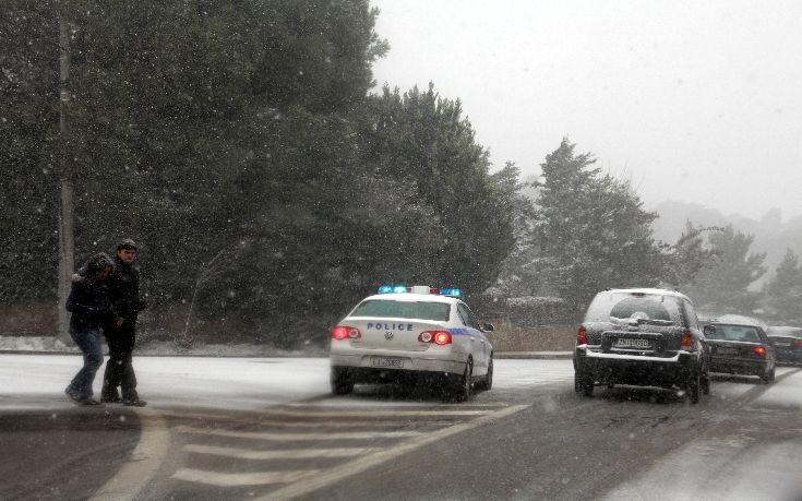 Τετραμελής οικογένεια παγιδεύτηκε στα χιόνια στην Πεντέλη