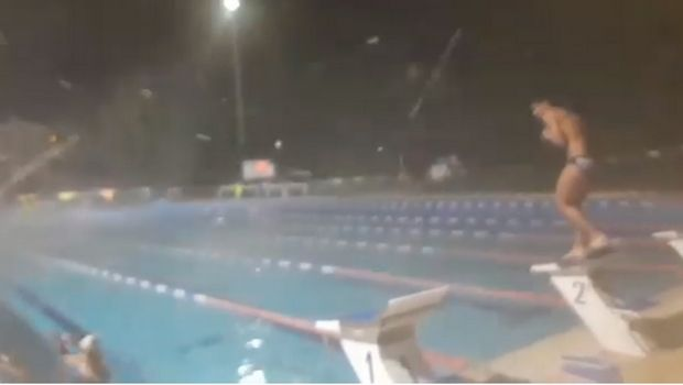 Προπόνηση κολύμβησης εν μέσω χιονόπτωσης στον Γέρακα!