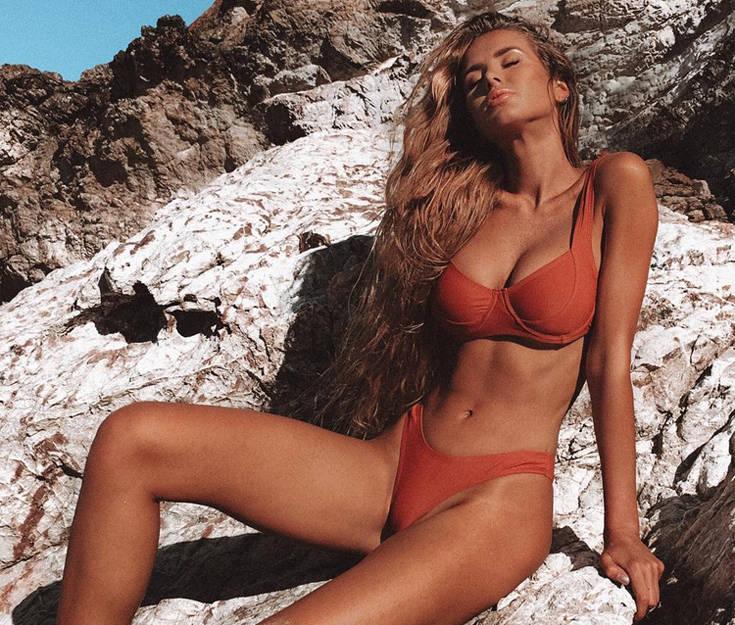 Το σέξι μοντέλο βρίσκεται μόνιμα σε καλοκαιρινή διάθεση