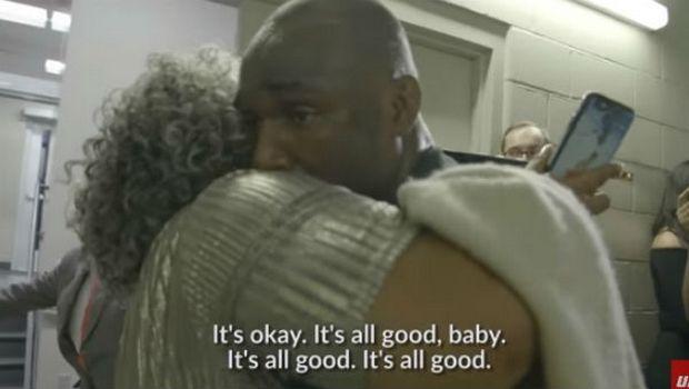 Ο γιος της ηττήθηκε και εκείνη αγκάλιασε τον νικητή!