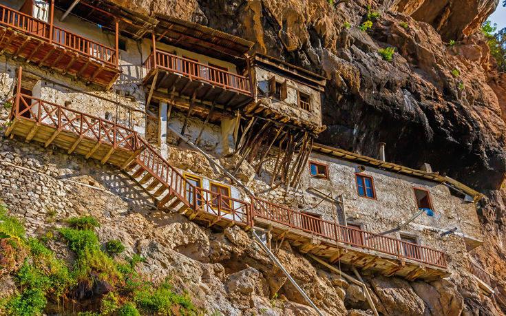 Τέσσερις ιστορικές και εντυπωσιακές μονές στην Πελοπόννησο