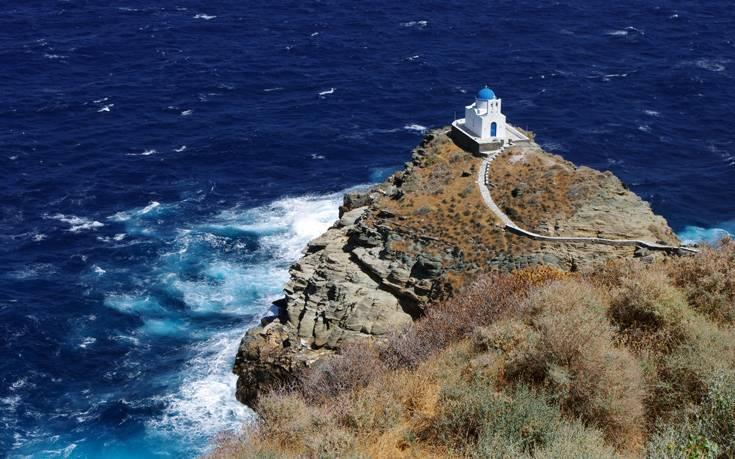 Το εκκλησάκι που μοιάζει να αναδύεται από τους αφρούς της θάλασσας