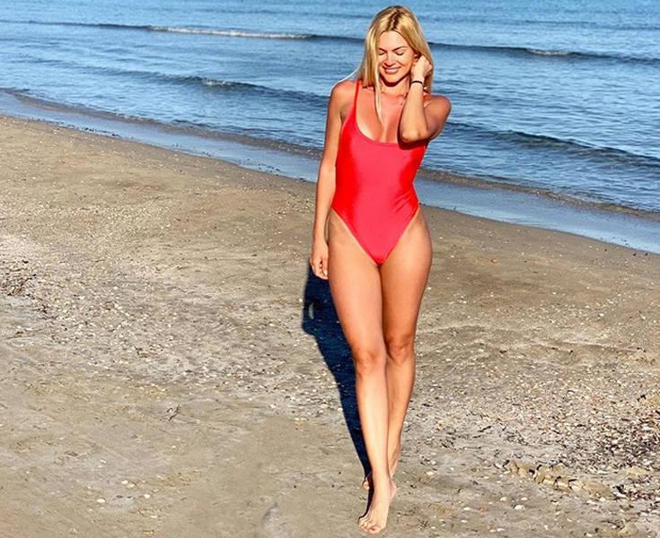 Η Βίκυ Κάβουρα είναι ο λόγος να θέλεις να πας επειγόντως παραλία