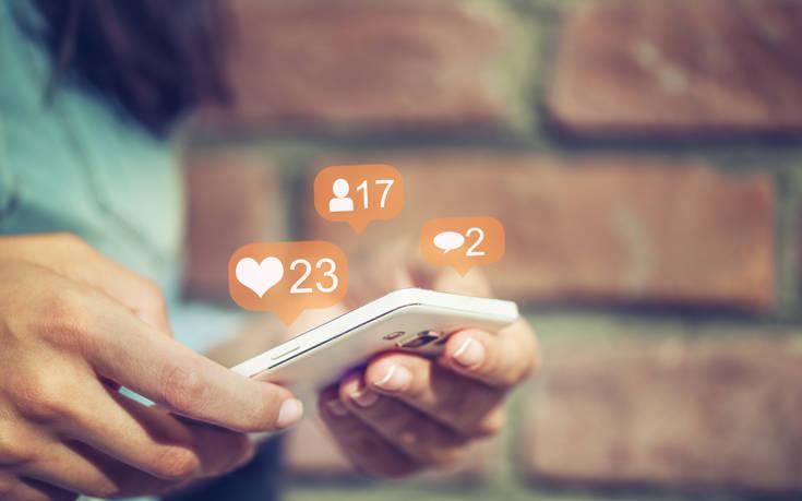 Εξαρτημένοι από τα social media οι χρήστες παρά το άγχος που τους προκαλούν