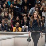 Η εισβολέας σε επίδειξη μόδας στο Παρίσι και ρόλος της Gigi Hadid