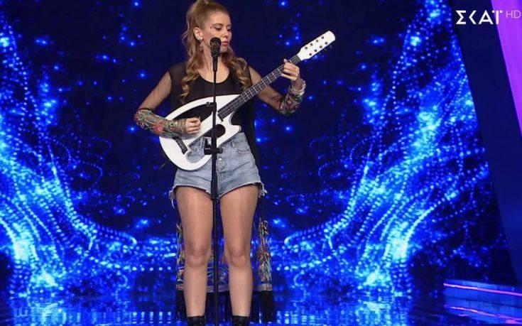 The Voice: Η τραγουδίστρια με το «καυτό» τζιν σορτς και το ηλεκτρικό λαούτο που εντυπωσίασε τους κριτές