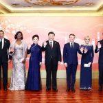 Μαρέβα Μητσοτάκη: Με σμαραγδί τουαλέτα και μοβ εσάρπα στη Σανγκάη