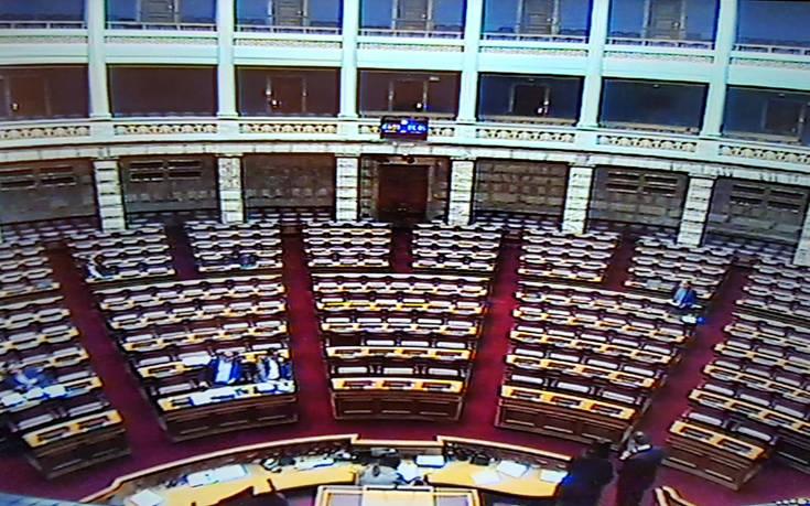 Μόλις… 5 βουλευτές και ένας υπουργός αυτή την ώρα στη Βουλή