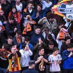 Κορονοϊός: Θερμή υποδοχή των οπαδών της Βαλένθια στους παίκτες έξω από το Μεστάγια