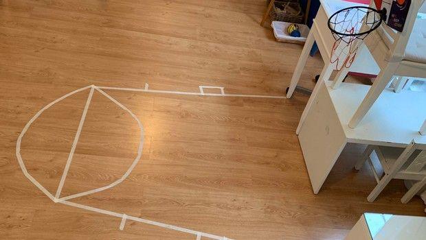 Κορονοϊός: Προπονητής στην Ισπανία έφτιαξε μίνι γήπεδο μπάσκετ μέσα στο σπίτι του