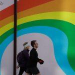 Κορονοϊός: Η μόδα τιμά με το ουράνιο τόξο γιατρούς και νοσηλευτές στη Βρετανία