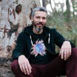 Ο τραγουδιστής Αλκίνοος Ιωαννίδης στο πλευρό του απεργού πείνας και δίψας Βασίλη Δημάκη