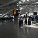 Υποχρεωτική καραντίνα 14 ημερών στους ταξιδιώτες από το εξωτερικό εξετάζει η Μεγάλη Βρετανία