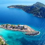 Το νησί που σε «αγκιστρώνει» με την ομορφιά του