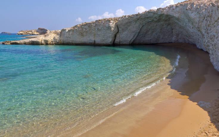Η παραλία της Μήλου παραδομένη στην αγκαλιά εντυπωσιακού βράχου