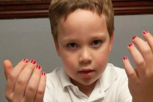 Μητέρα εξομολογείται: «Γιατί ενθαρρύνω τους γιους μου, να βάφουν τα νύχια τους» – Σχέσεις