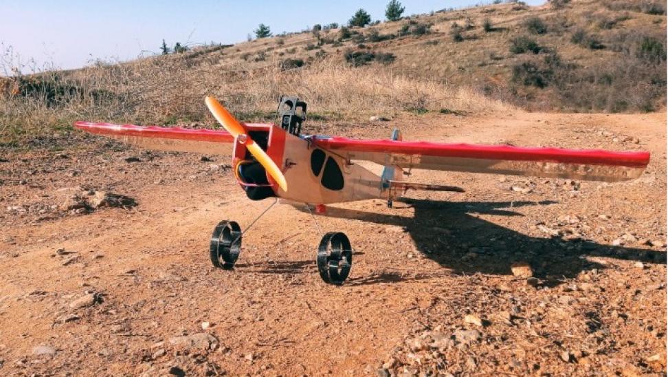 Θεσσαλονίκη: Μουσικός κατασκεύασε τηλεκατευθυνόμενο αεροσκάφος προσομοίωσης