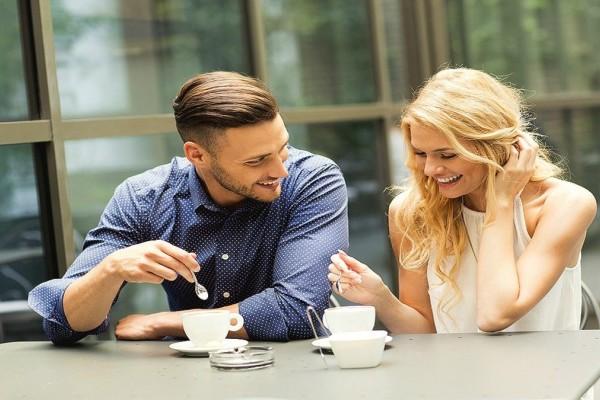 Πρώτο ραντεβού: Ποιες κινήσεις φανερώνουν ότι σε θέλει – Σχέσεις