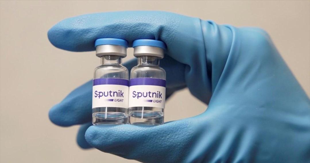 Οι φαρμακοβιομηχανίες ρίχνουν το βάρος στην παραγωγή του «εύκολου» Sputnik Light