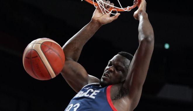 Ολυμπιακοί Αγώνες – Μπάσκετ: Το εντυπωσιακό κάρφωμα του Φαλ που ξεσήκωσε τον πάγκο της Γαλλίας